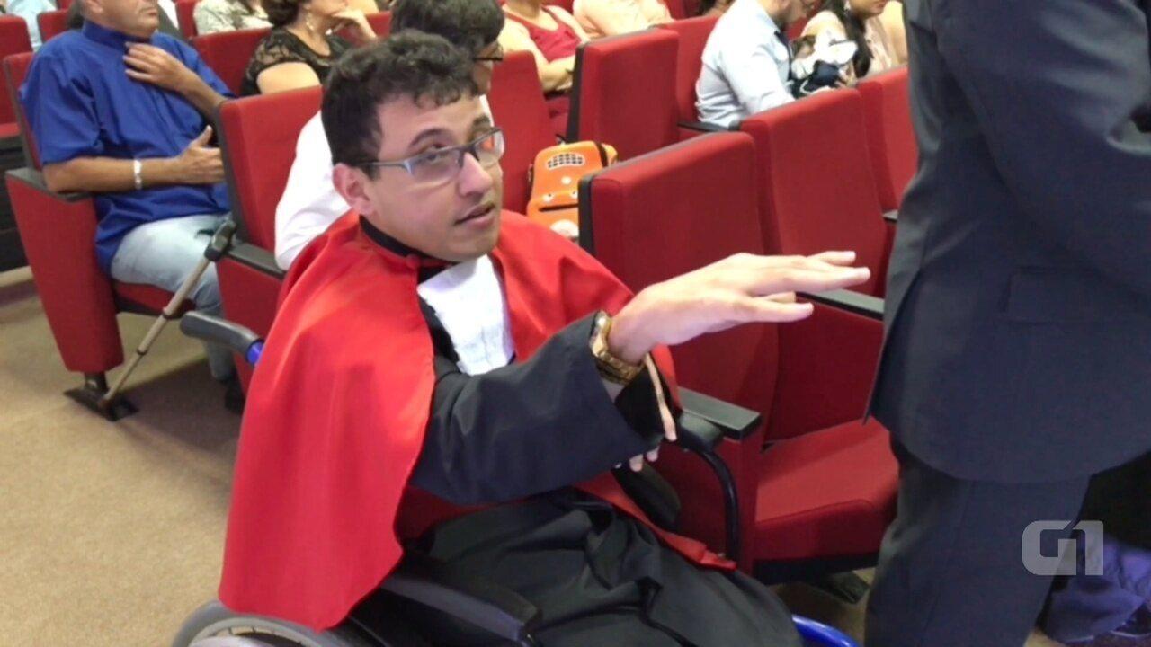 Resultado de imagem para Com paralisia cerebral, jovem se forma em Direito no AM e sonha em ser juiz