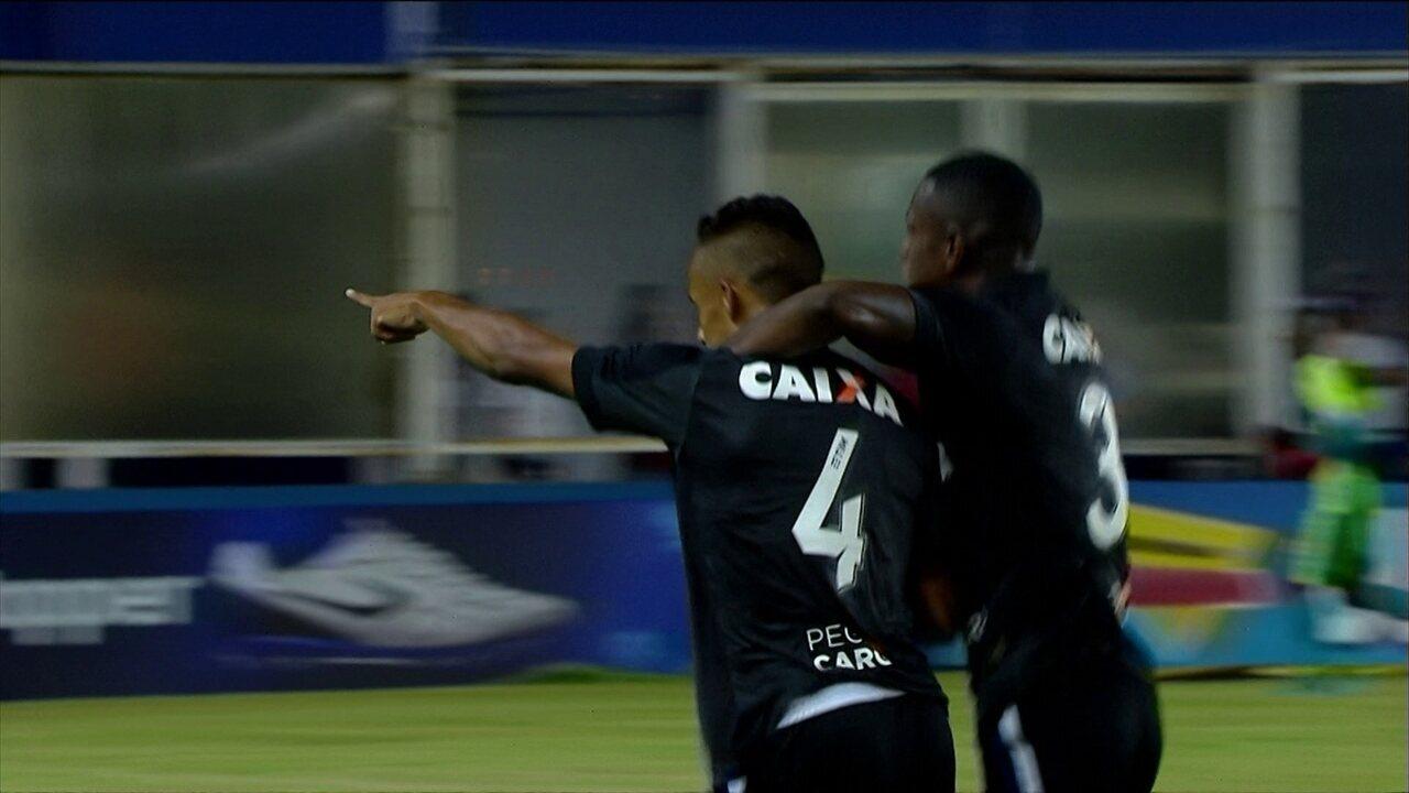Gol do Botafogo! Arnaldo bate na saída do goleiro, aos 5 do 2º tempo
