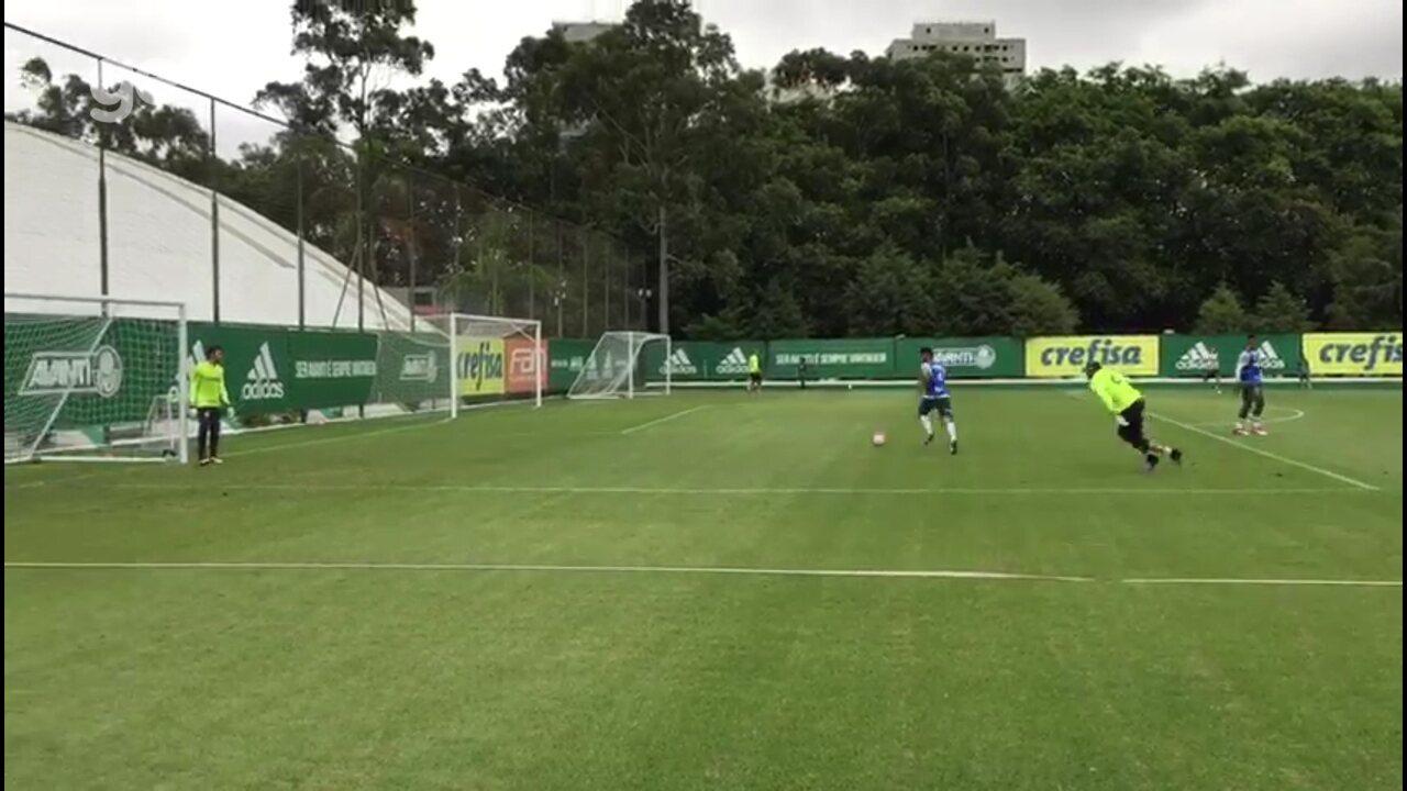 Gustavo Scarpa treina finalizações no Palmeiras