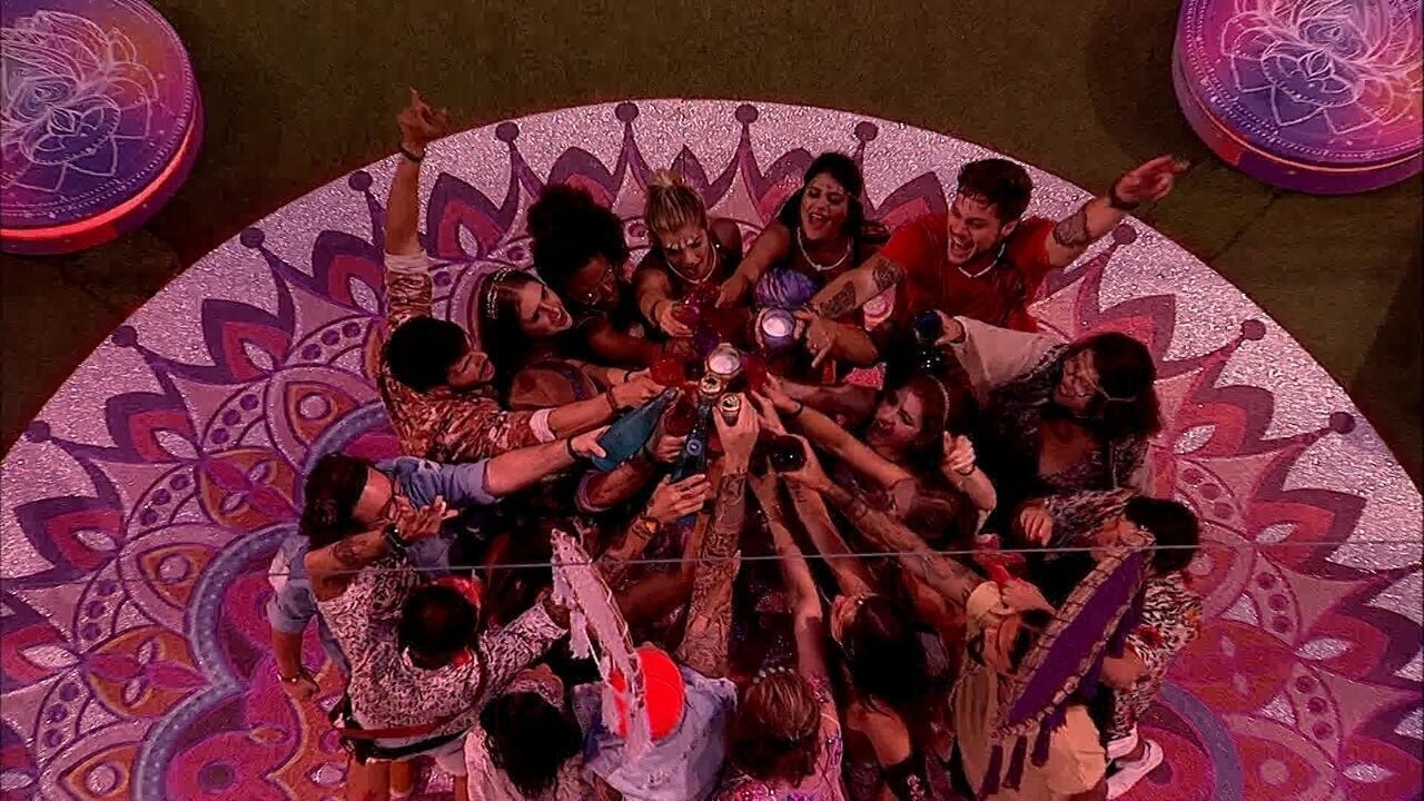 Confinados brindam durante a primeira festa do BBB18