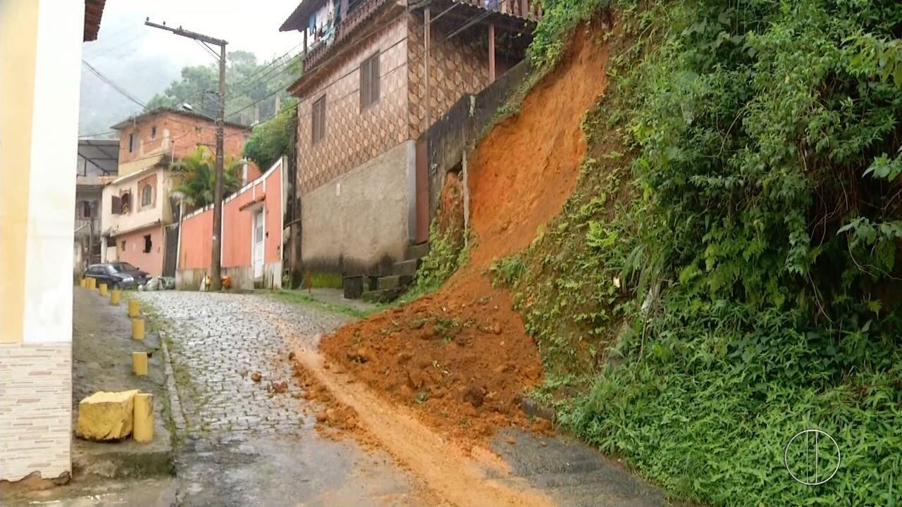 Chuva forte em Petrópolis, RJ, causa deslizamento de encostas e queda de muros