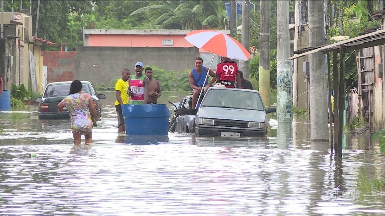 Bombeiros buscam pessoa arrastada por enchente em São Gonçalo, no Rio
