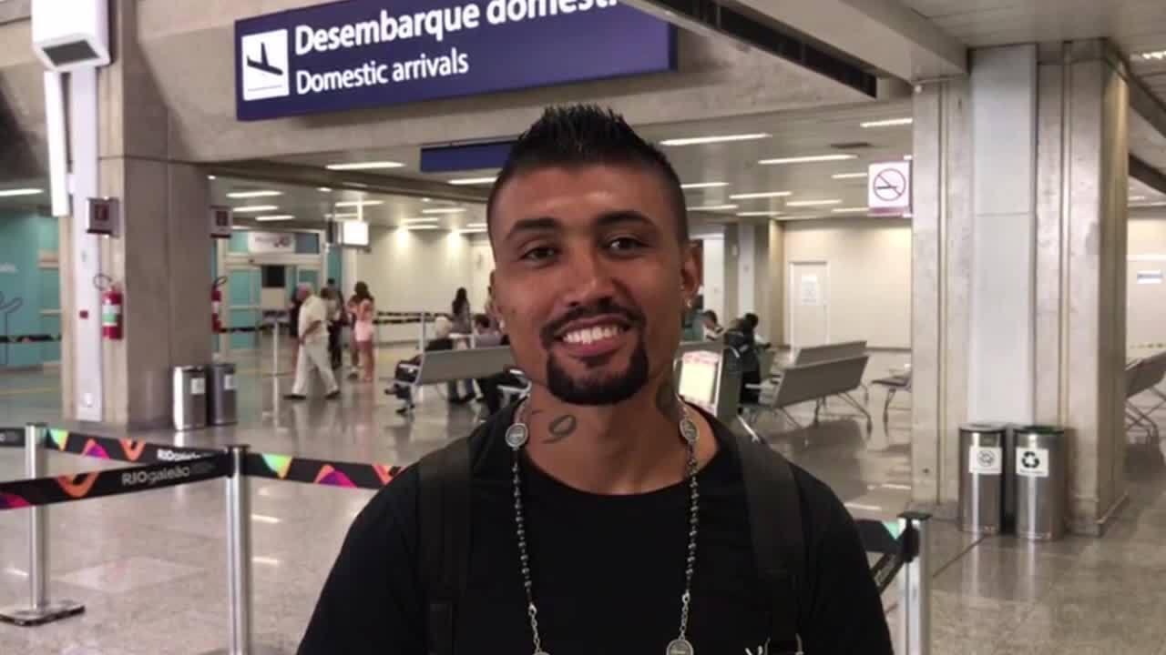 Kieza chega para assinar com o Botafogo e manda mensagem para a torcida