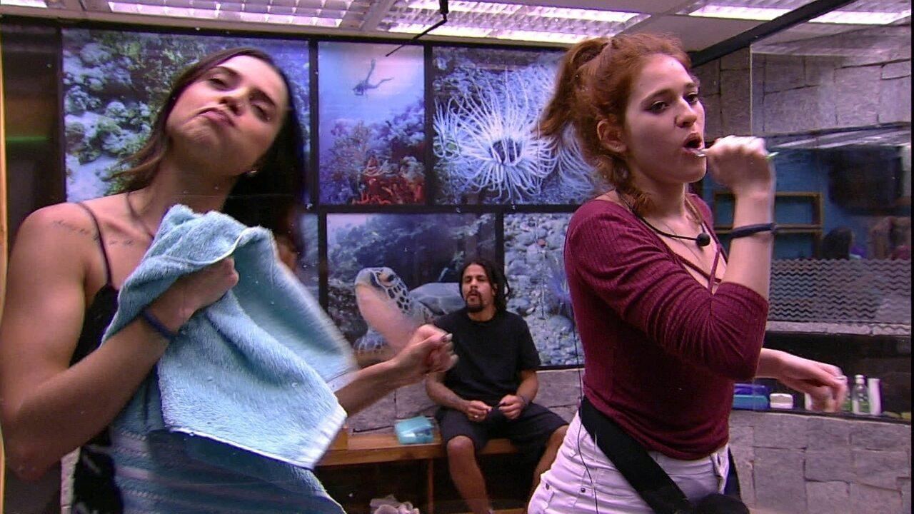 Paula e Ana Clara dançam em frente ao espelho