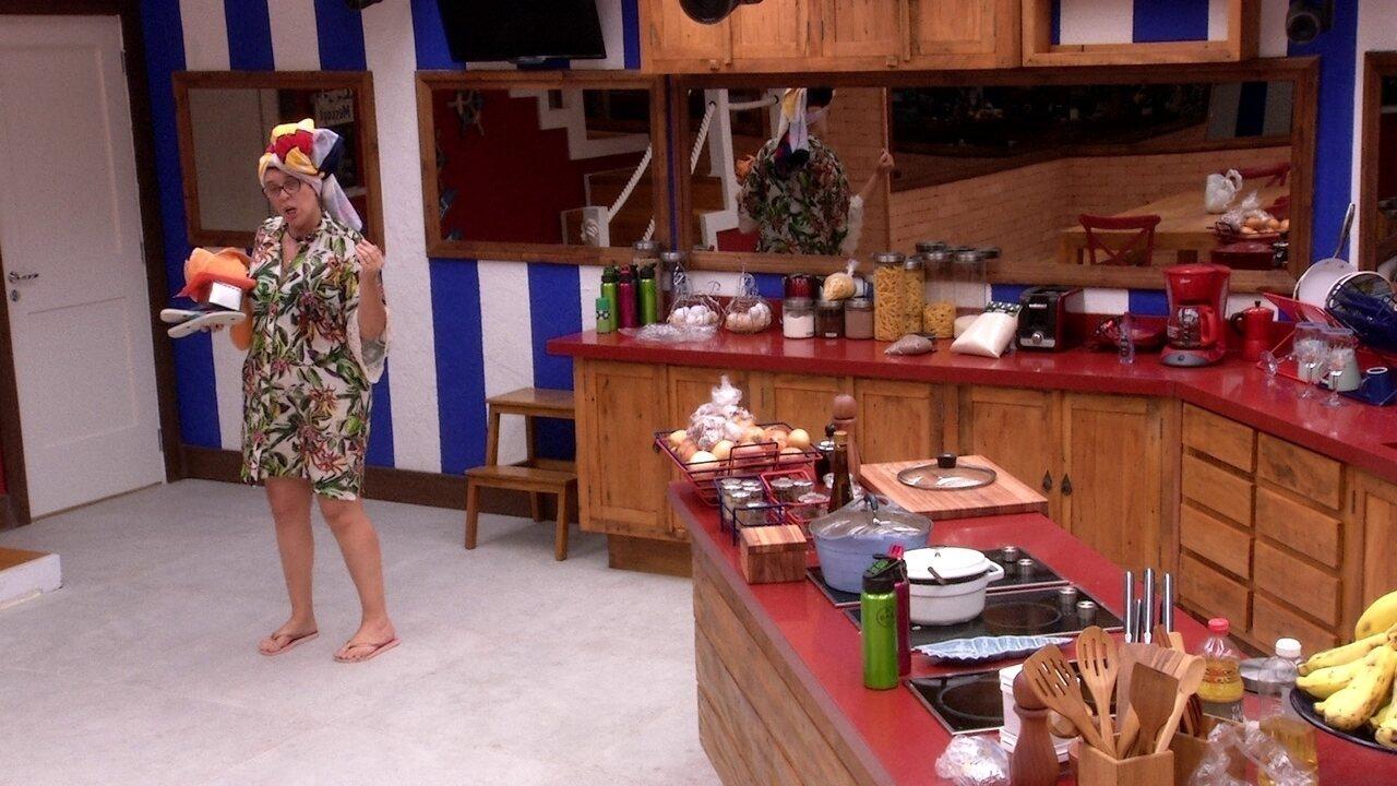 Mara fala sozinha e reclama de bagunça no quarto