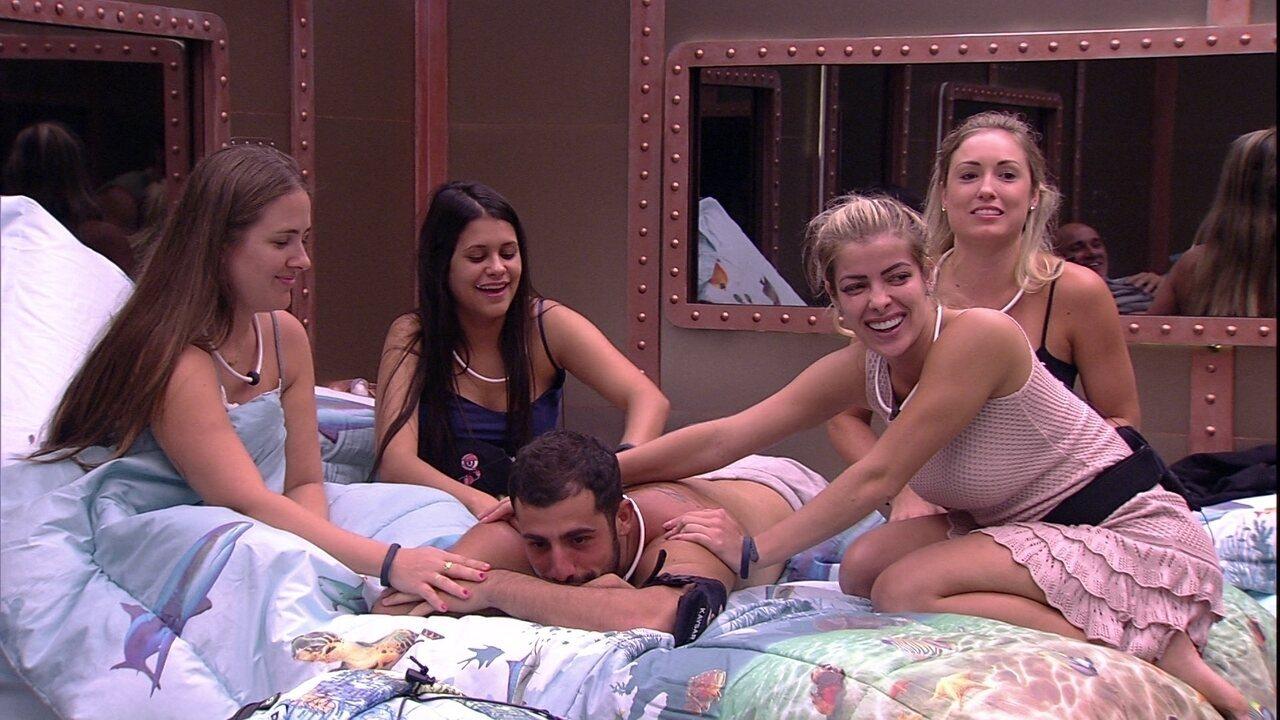 Kaysar recebe massagem de sisters