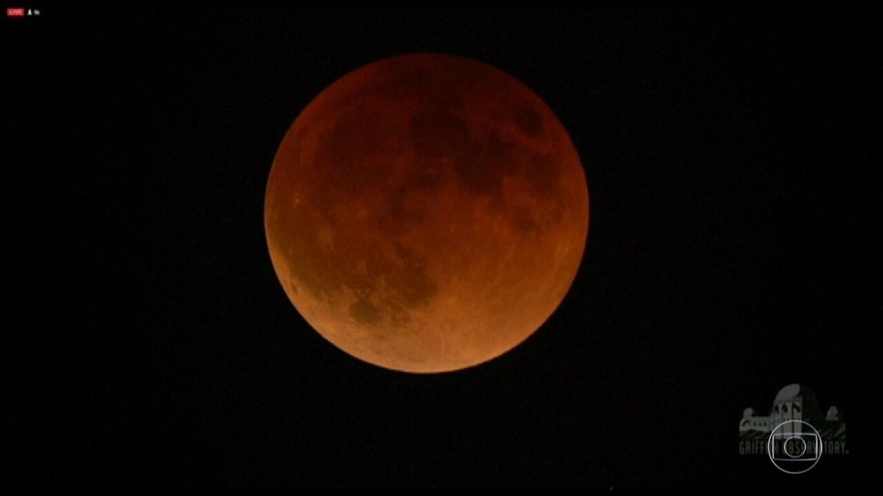 Eclipse da Superlua é visto na Ásia