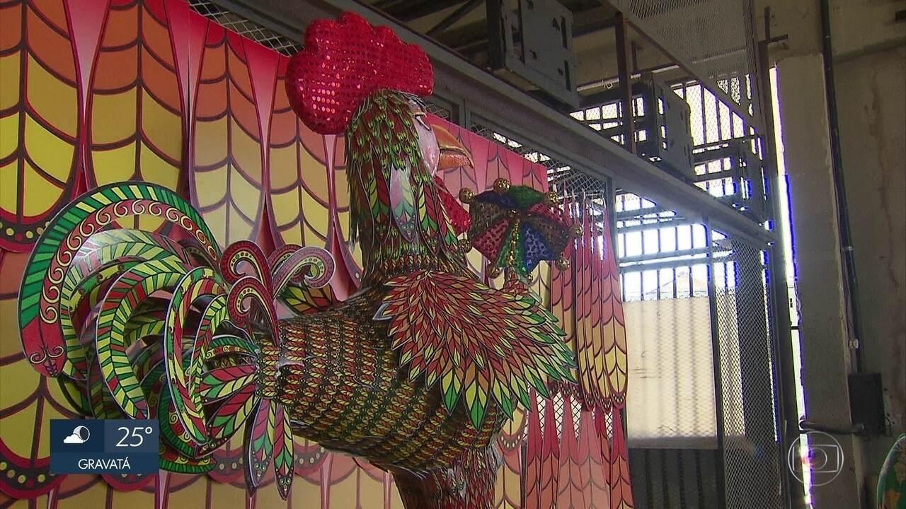 Galo gigante recebe iluminação noturna para o carnaval 2018