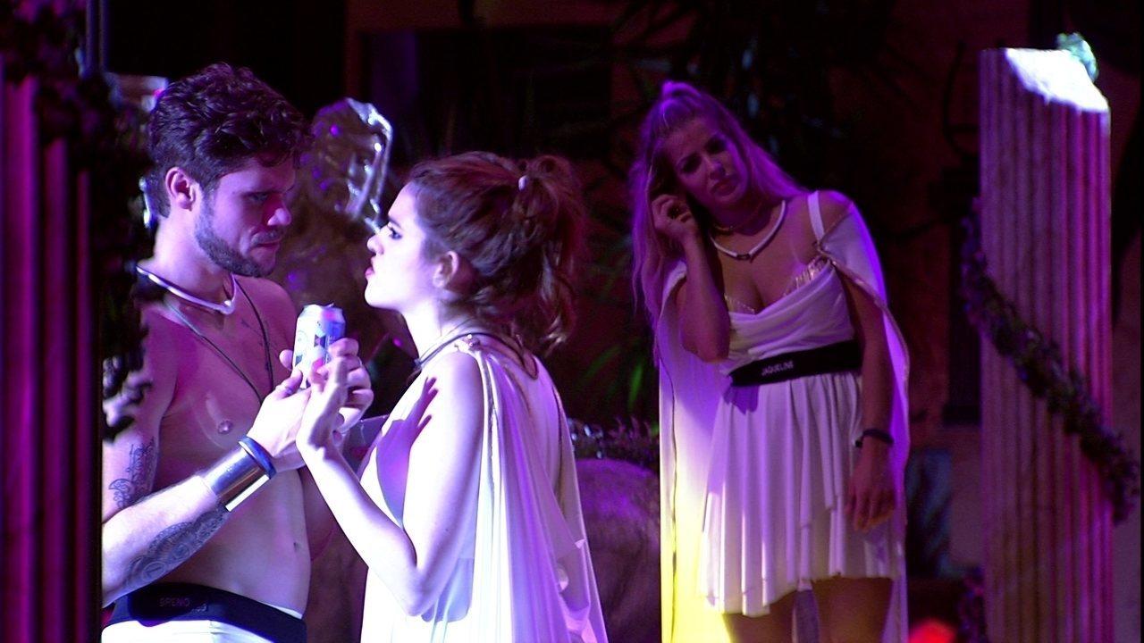 Ana Clara tira satisfação com Breno: 'Você podia ter dito pra mim que queria beijá-lá'