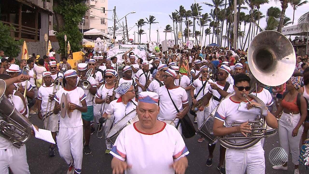Bahia Folia: marchinhas, fanfarras e foliões fantasiados animam fuzuê, na Barra