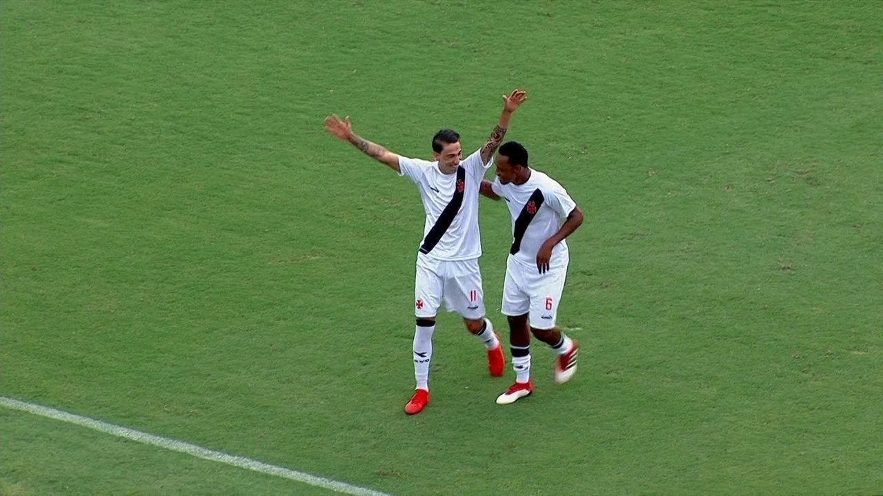 Gol do Vasco! Bruno Costa desvia cruzamento e faz contra, aos 15' do 1º tempo