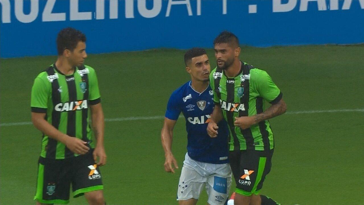 Egídio e Luan discutem após disputa de bola na linha de fundo