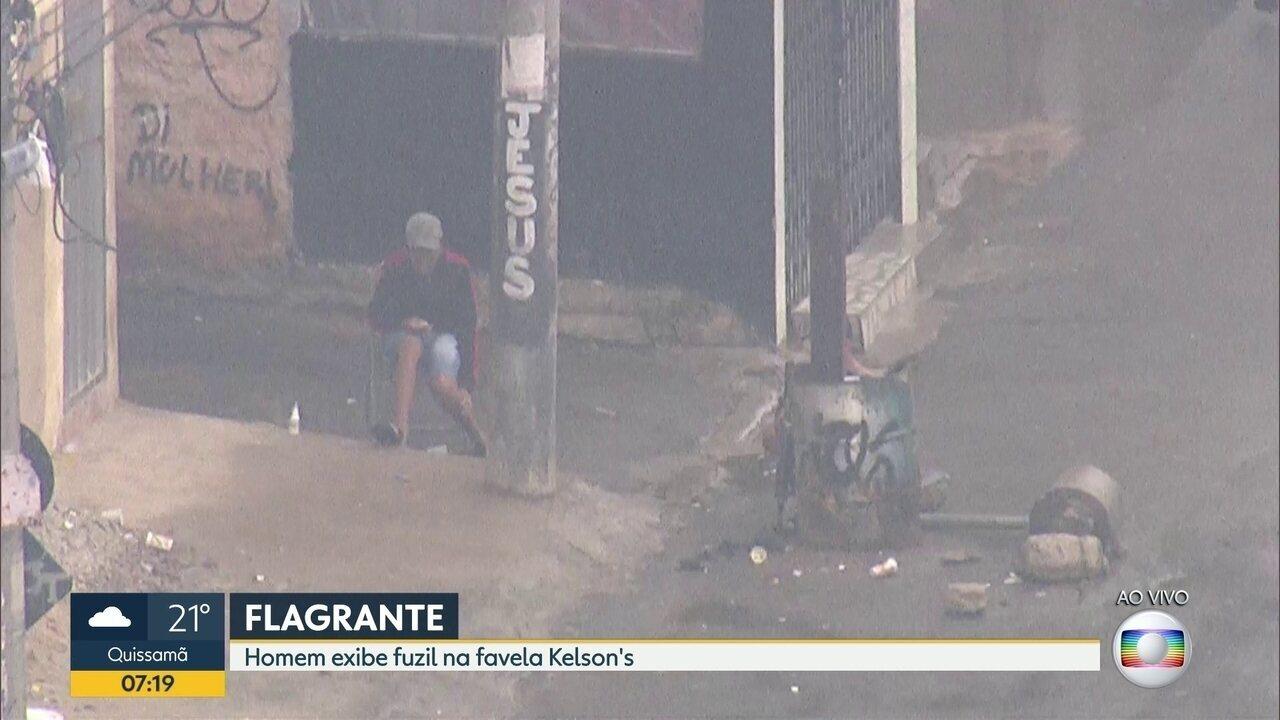 Após reportagem do G1, homem exibindo fuzil foi flagrado na favela Kelson's