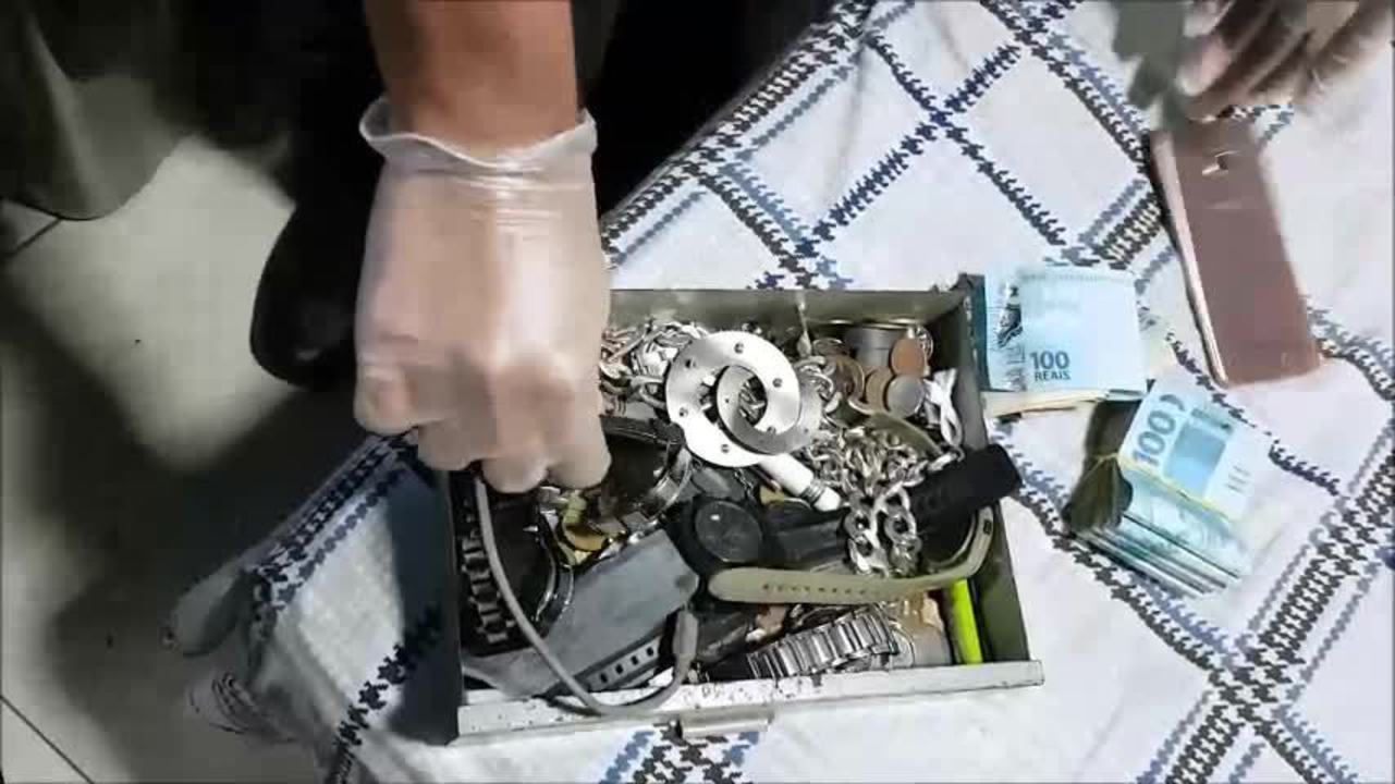 Vídeo mostra policiais apreendendo objetos e dinheiro em operação no DF