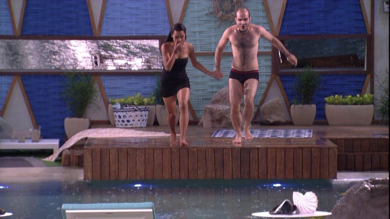 Mahmoud e Gleici pulam na piscina