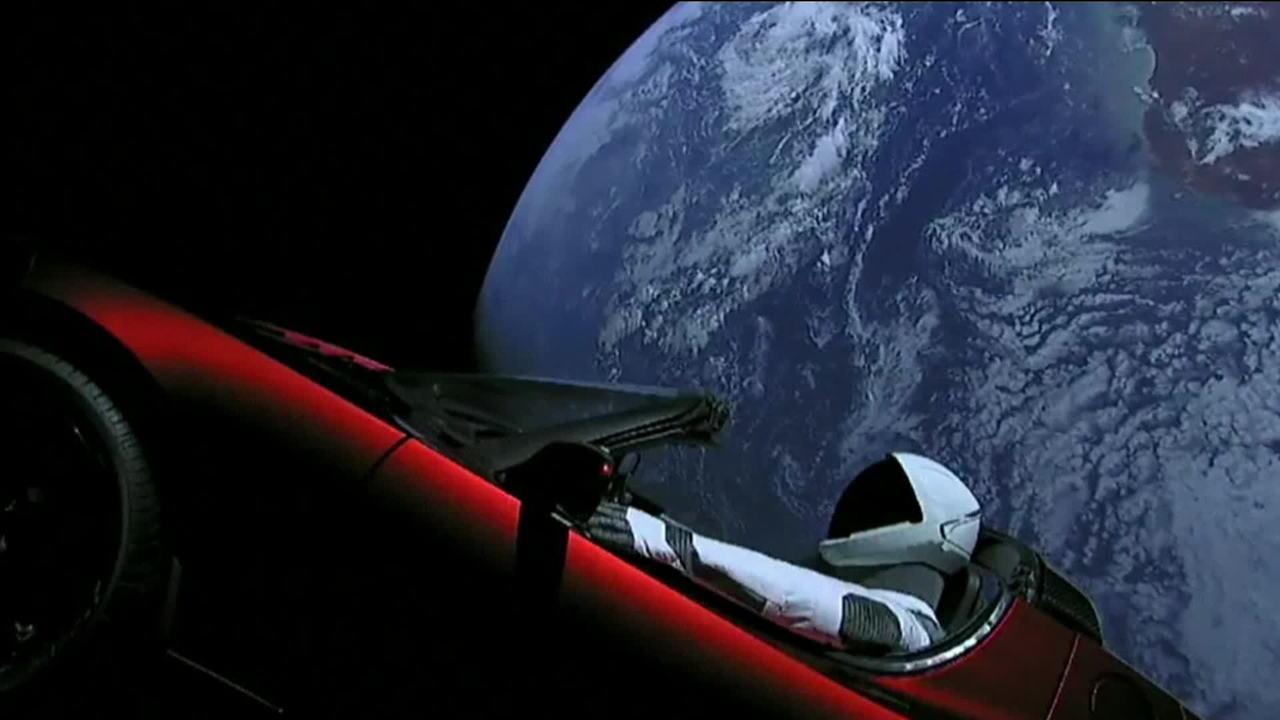 Teste com foguete leva carro ao espaço