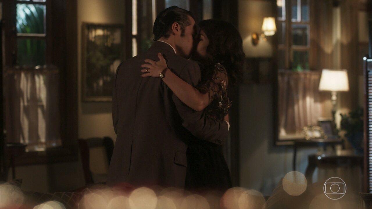 Inácio e Maria Vitória se beijam — Tempo de Amar