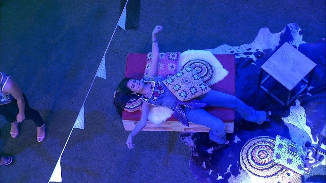 Ana Paula curte a Festa Femineja sozinha e de olhos fechados