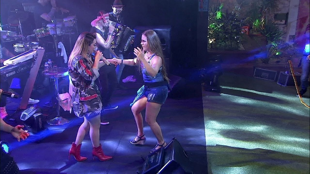 Naiara Azevedo chama Patrícia para palco da Festa Femineja