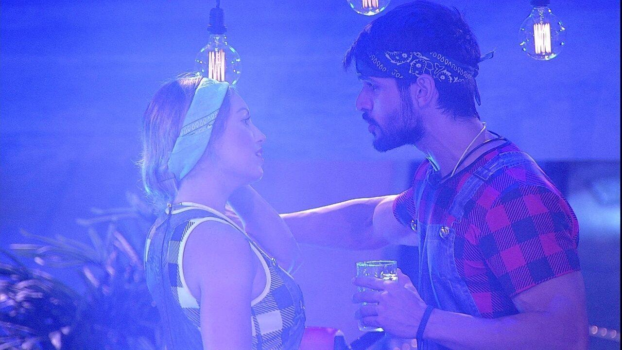 Jéssica pergunta a Lucas: 'O que a cantora falou mexeu contigo?'