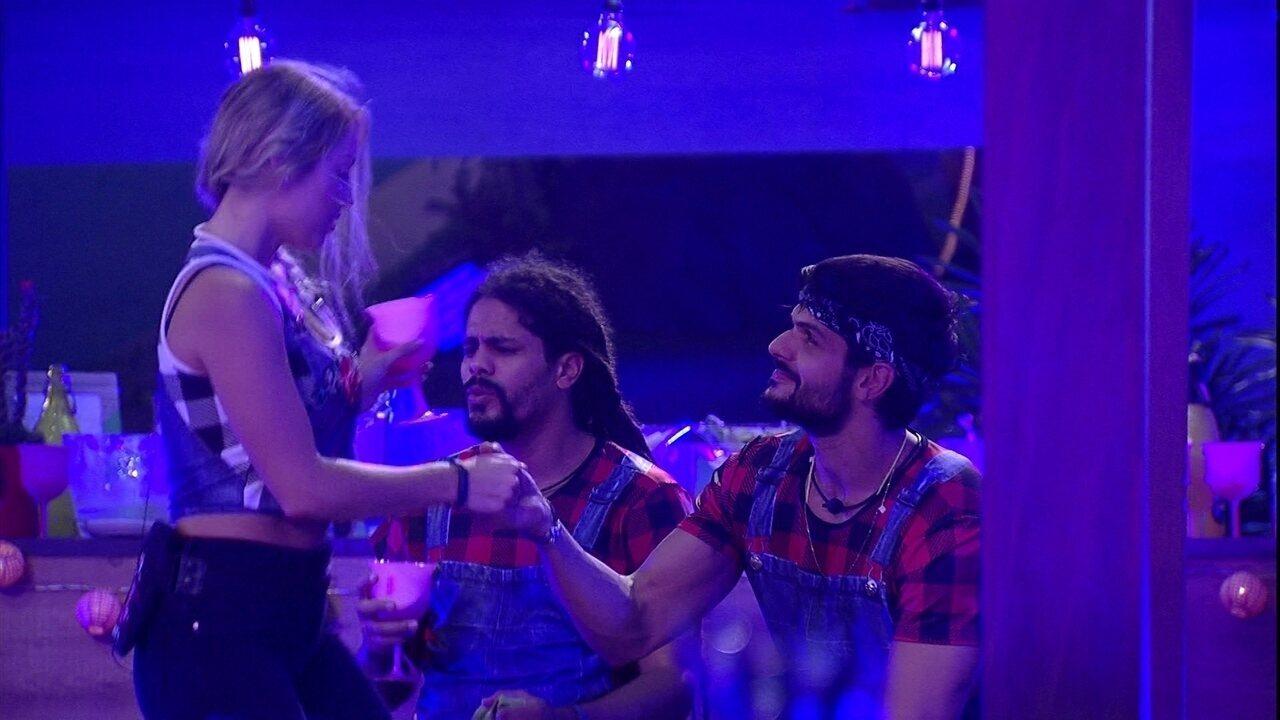De mãos dadas com Lucas, Jéssica canta a música 'Envolvidão'