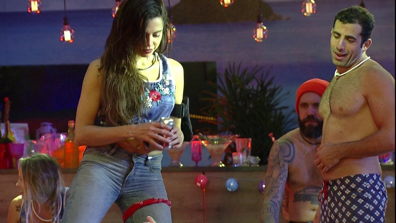 Paula sensualiza até o chão e Kaysar enaltece: 'Uau!'