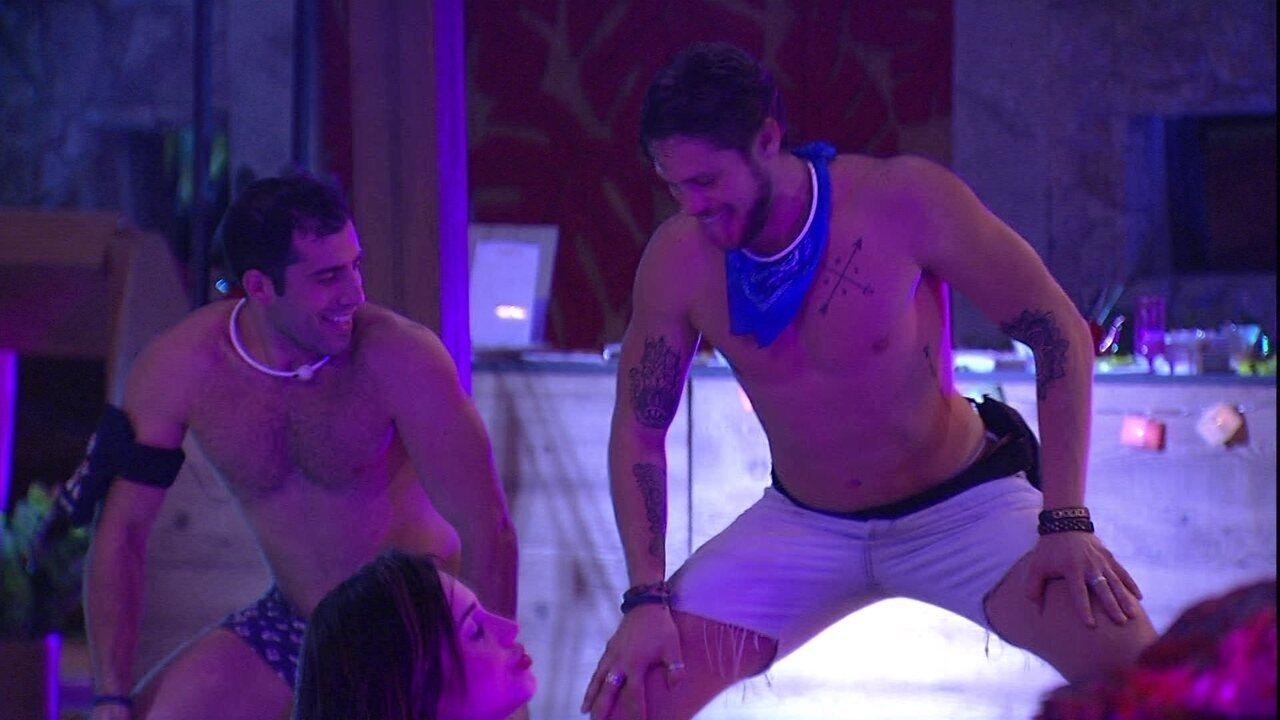 Breno e Kaysar fazem a 'Dança do Créu'