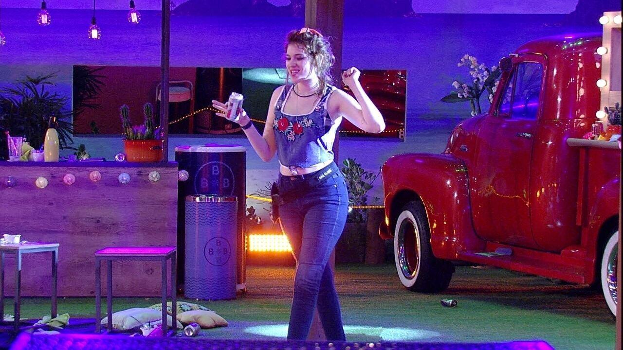 Ana Clara canta 'Meiga e Abusada' sozinha na Festa Femineja