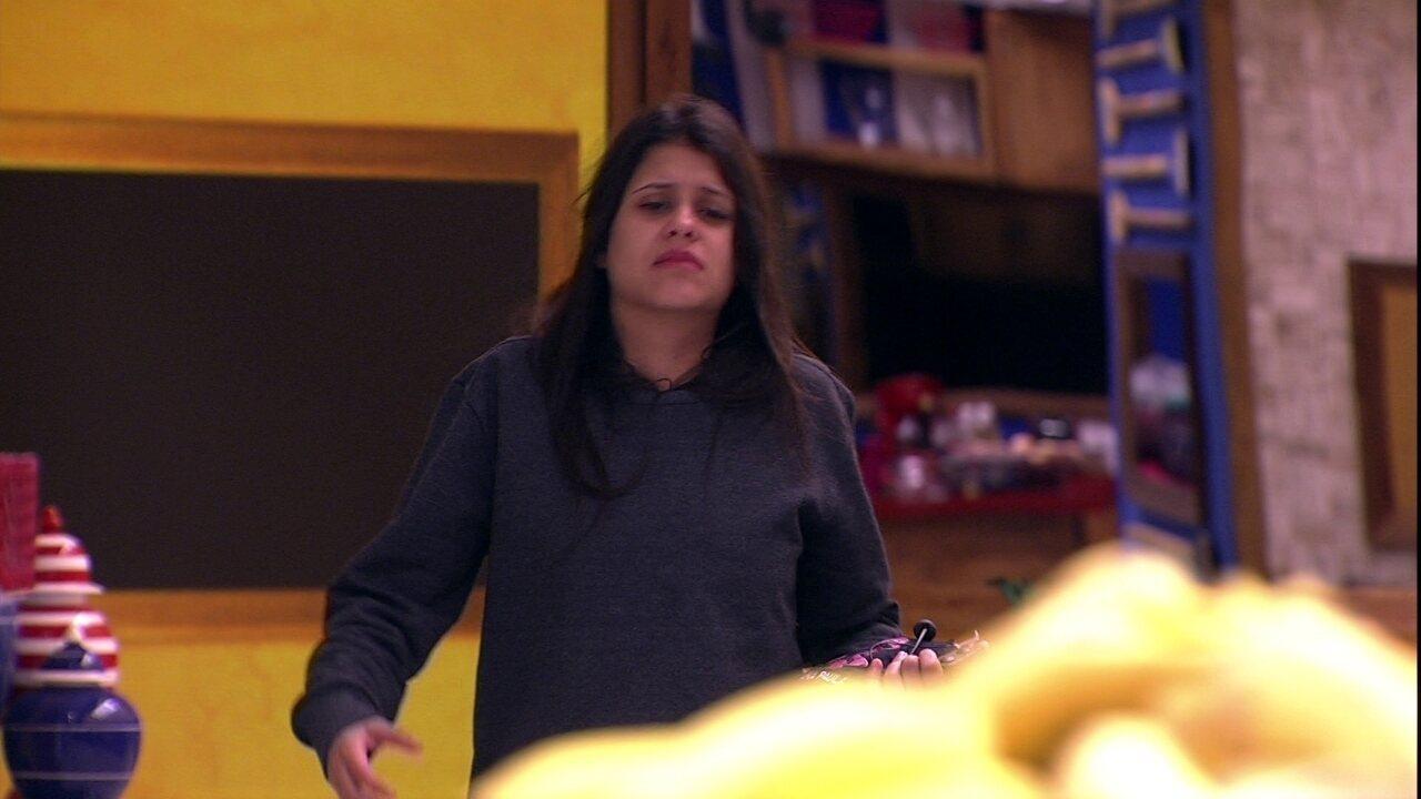 Ana Paula desperta e vai para a cozinha