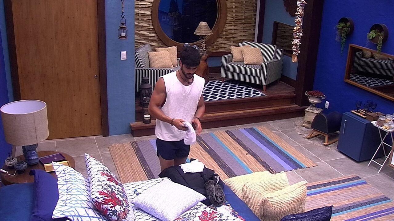Lucas recolhe seus pertences do Bangalô do Líder
