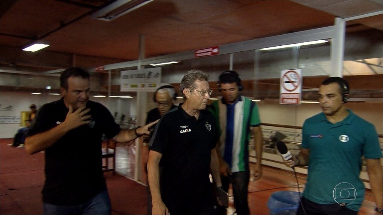 Após empate, Oswaldo de Oliveira se desentende com jornalista