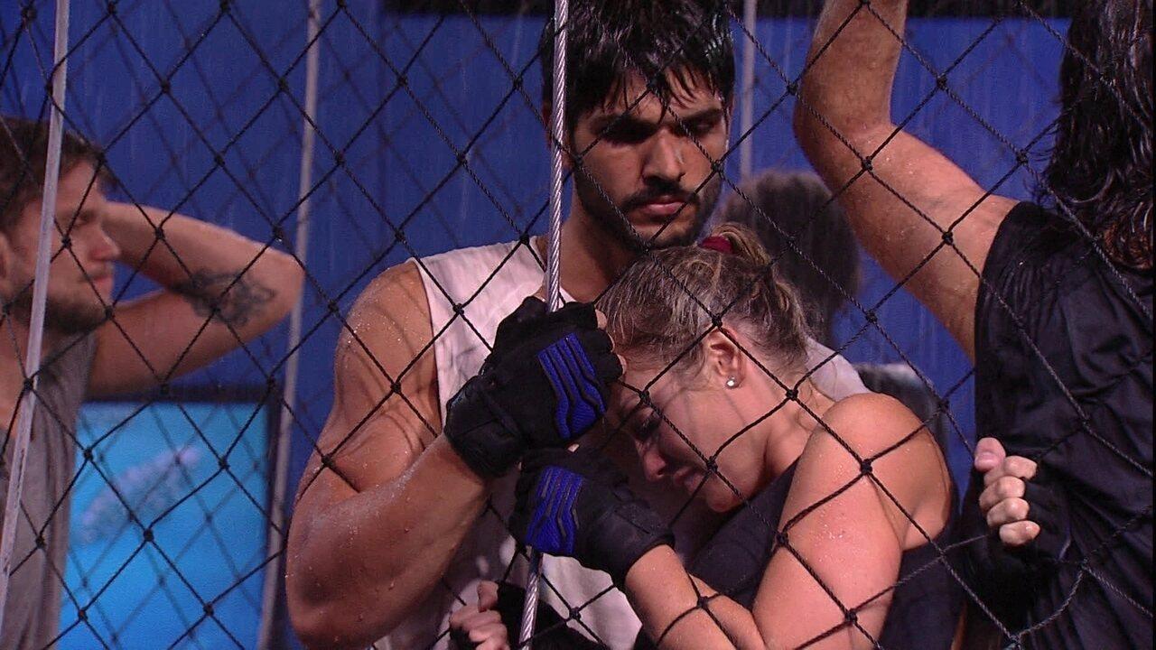Jéssica se protege da água nos braços de Lucas na prova de resistência