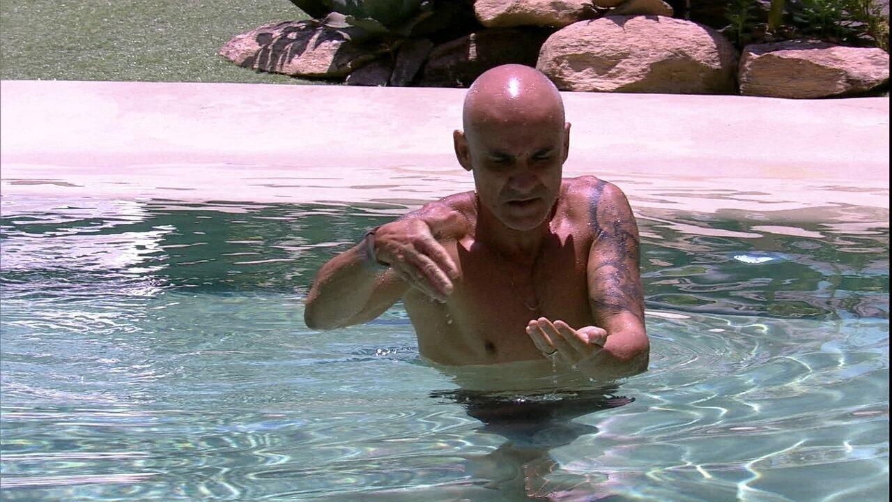 Ayrton salva inseto na piscina