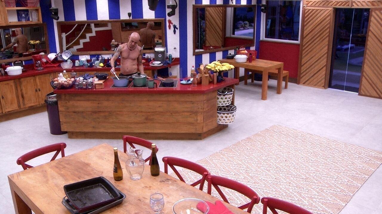 Ayrton esquenta feijão na cozinha