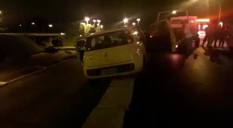 Carro fica pendurado em via perto da Esplanada do Ministérios, em Brasilia