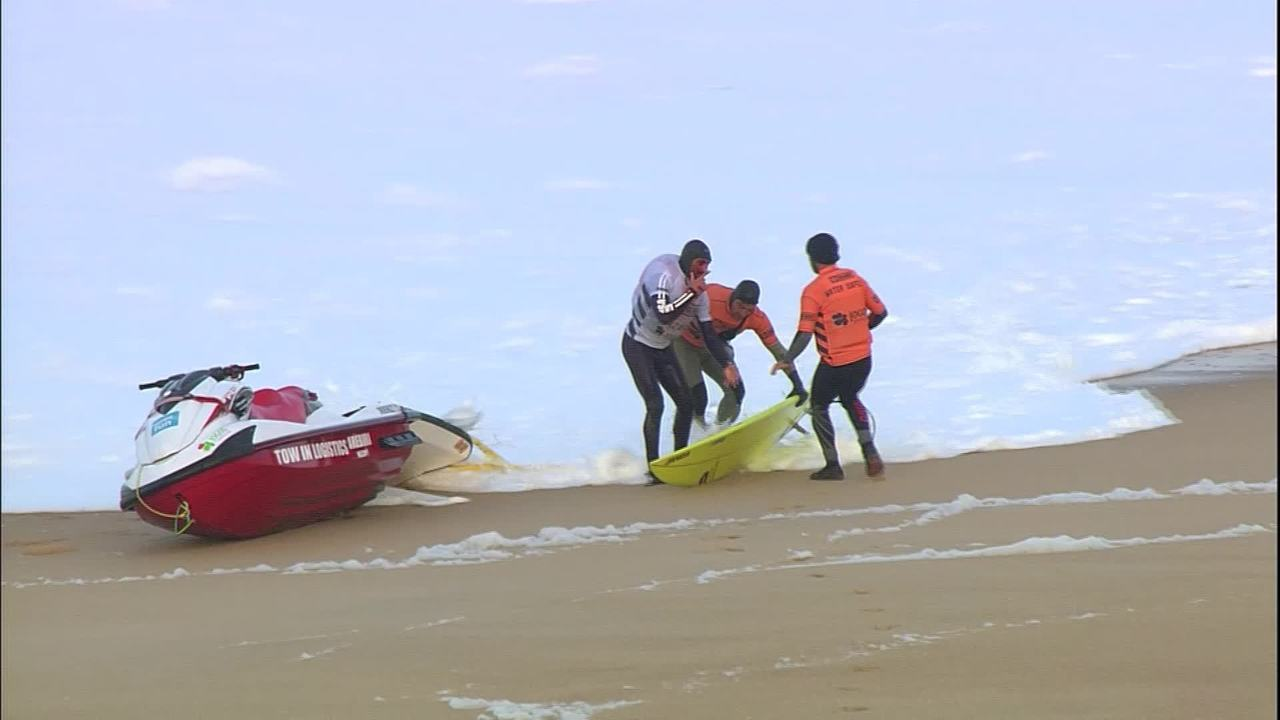 João De Macedo cai na primeira onda e bate com a cabeça na prancha em Nazaré