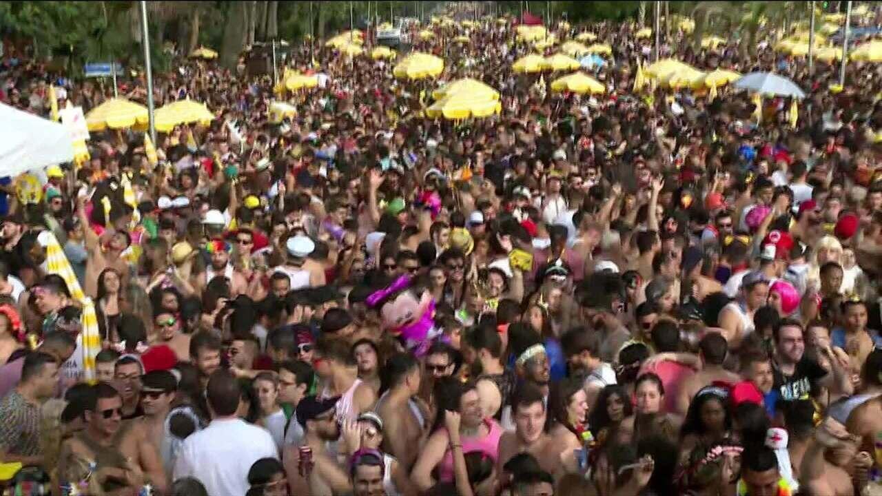 Multidão acompanha bloco Agrada Gregos em São Paulo