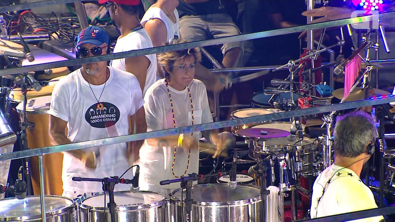 Lan Lan toca percussão em trio de Armandinho, Dodô e Osmar em Salvador
