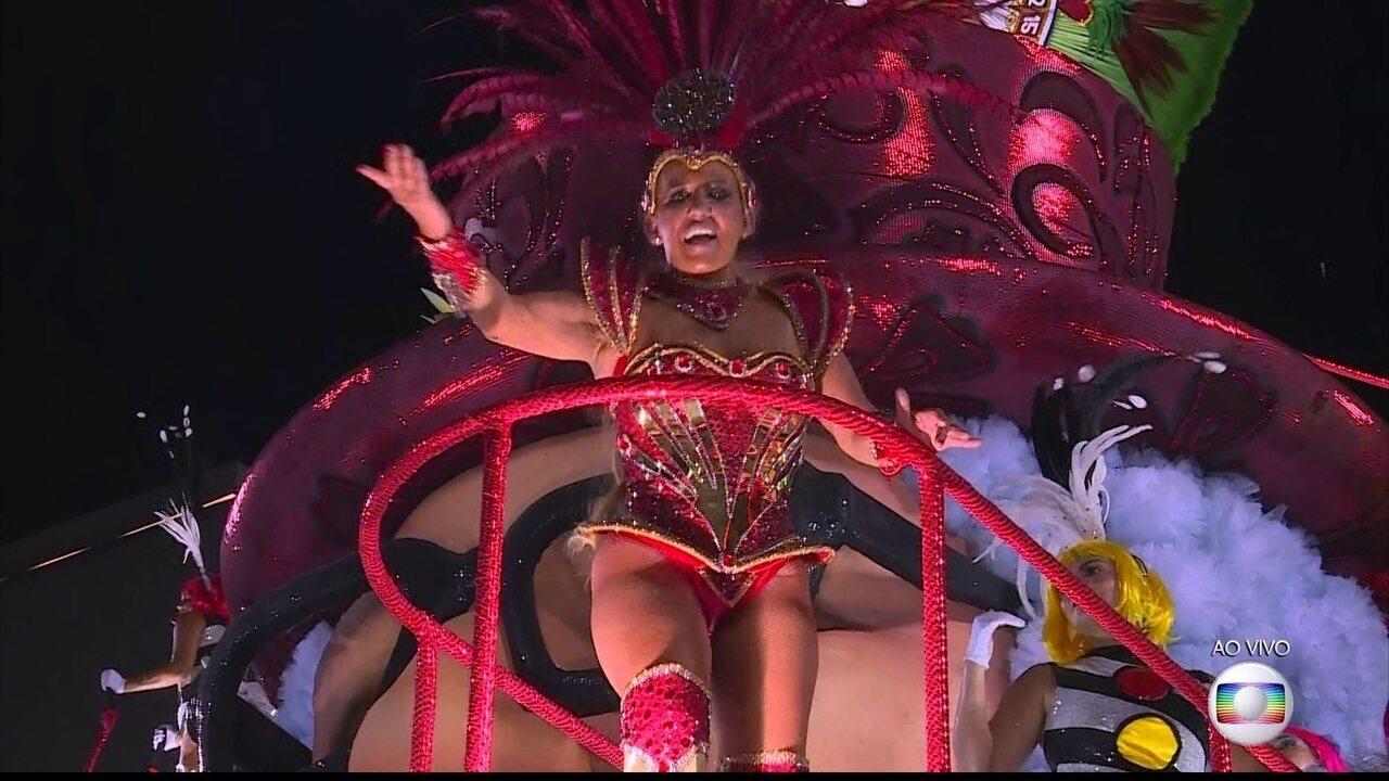 Rita Cadillac celebra Chacrinha em desfile da Grande Rio