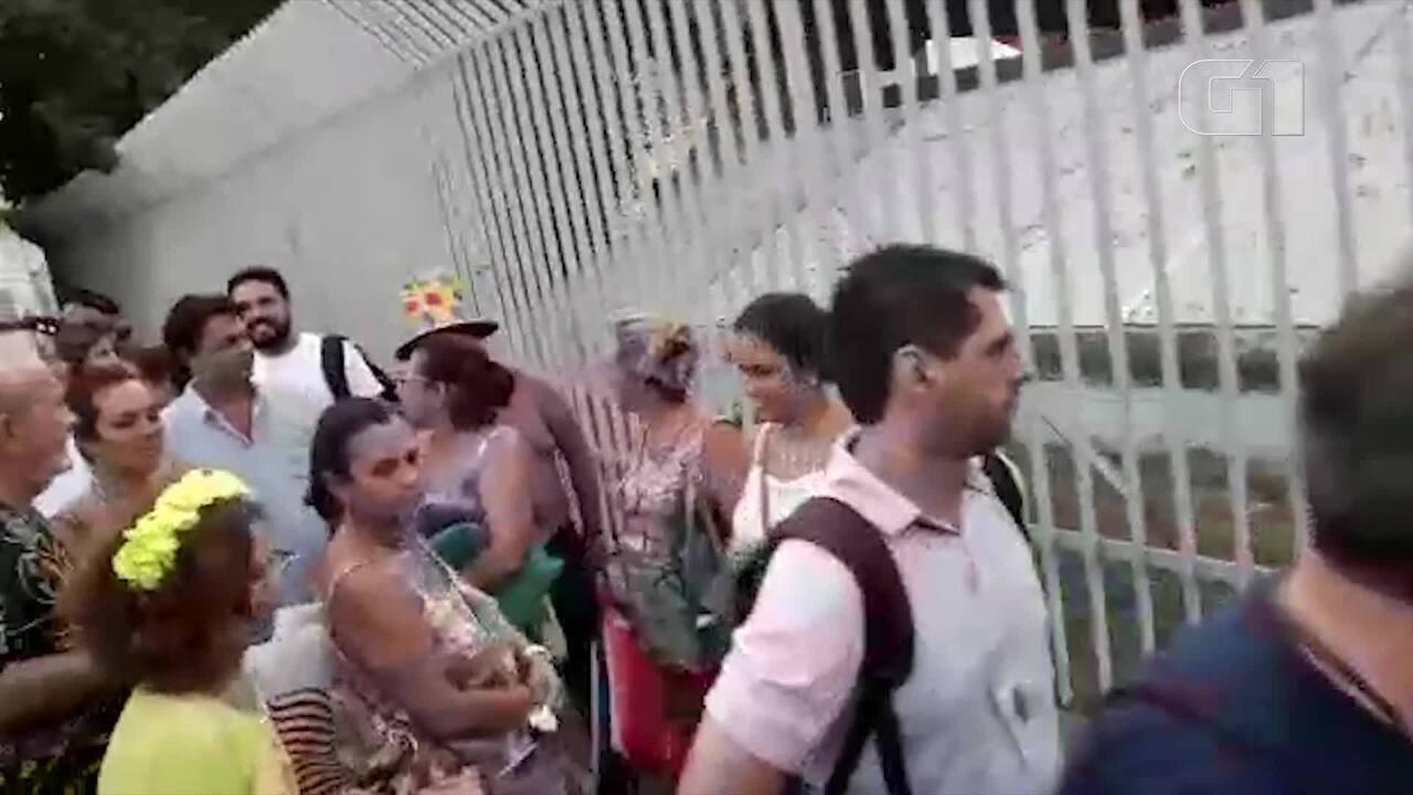 Passageiros enfrentam longa fila para acessar estação do metrô após desfiles na Sapucaí