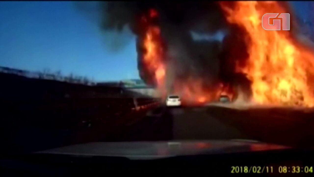 Caminhão explode em via expressa no norte da China