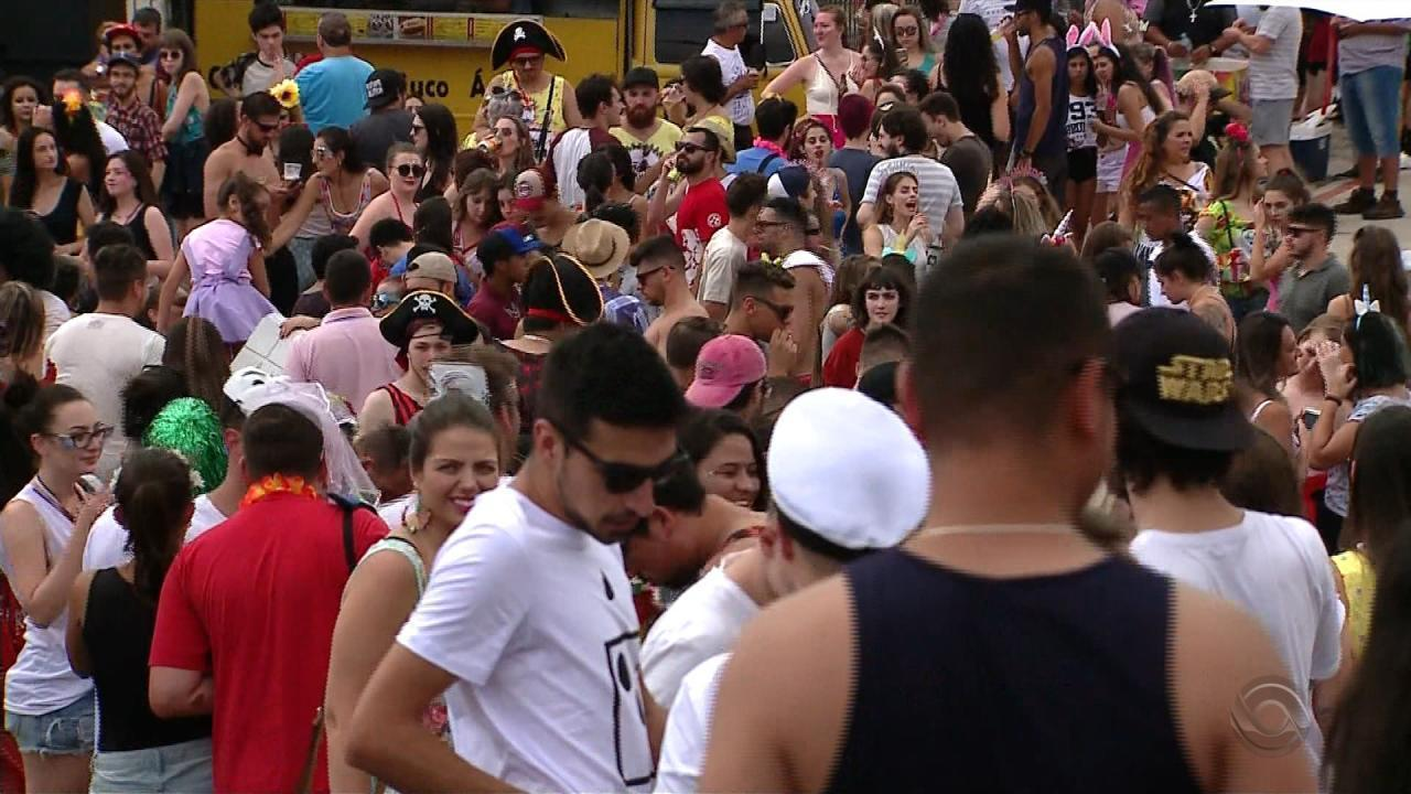 Foliões do Bloco da Velha, precursor do carnaval caxiense, lotaram as ruas da cidade com muita festa e samba no pé