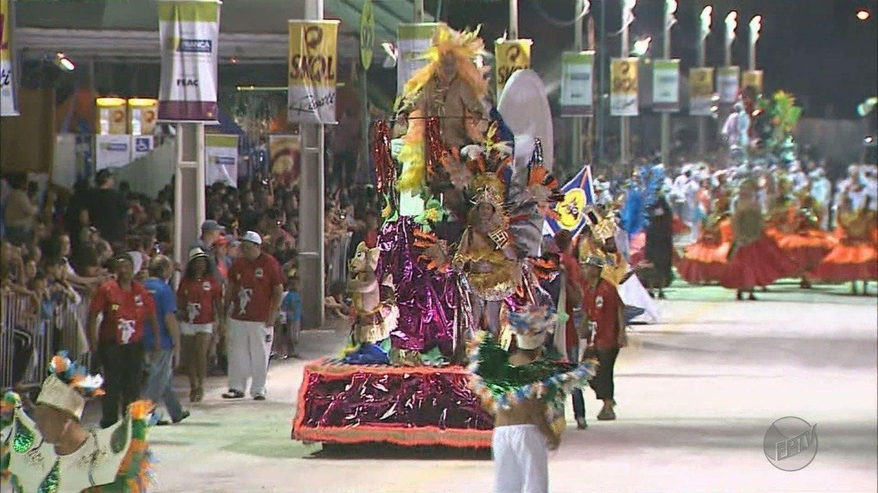 Desfile de escolas de samba reúne 20 mil em Franca, SP