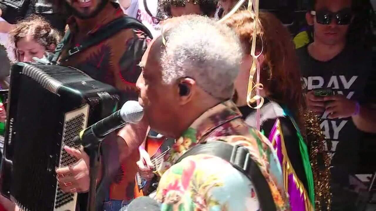 Gilberto Gil canta 'Expresso 2222' no bloco Forrozin em São Paulo