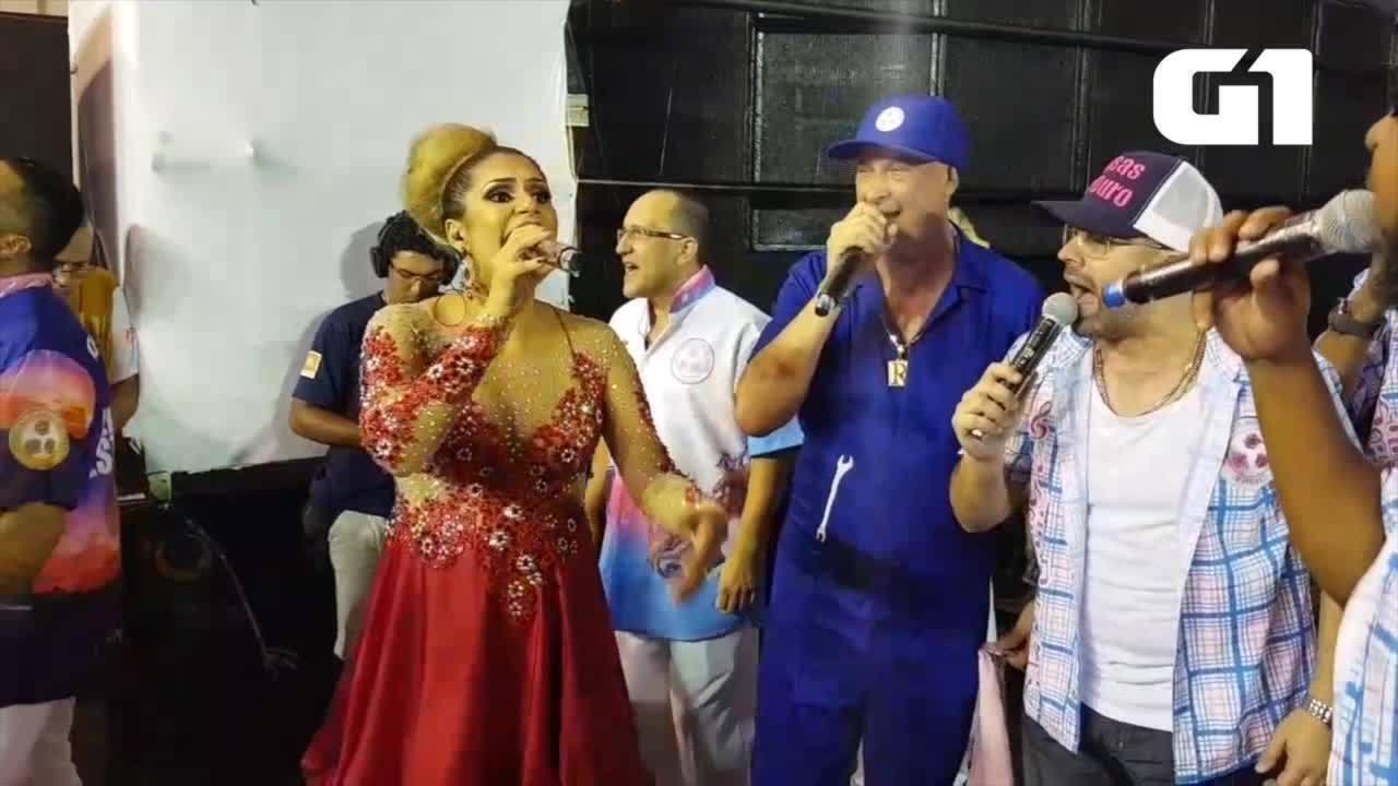 Cantora do Tocantins canta no desfile da Rosas de Ouro, no Carnaval de São Paulo