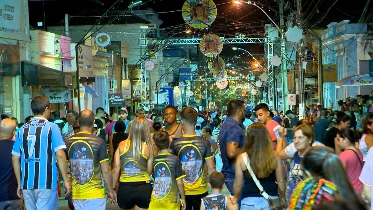 Quatro escolas de samba desfilaram na primeira noite do carnaval de Rio Pardo