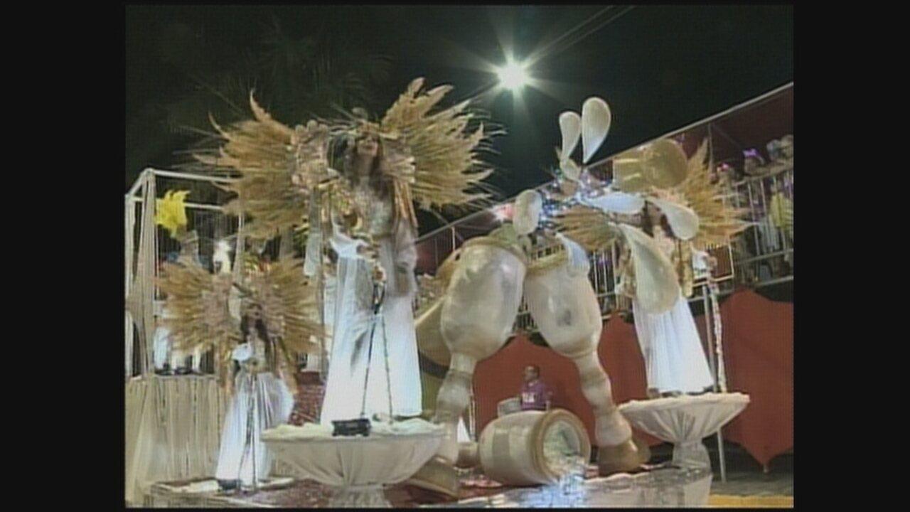Três escolas de samba encantam o público de Itá