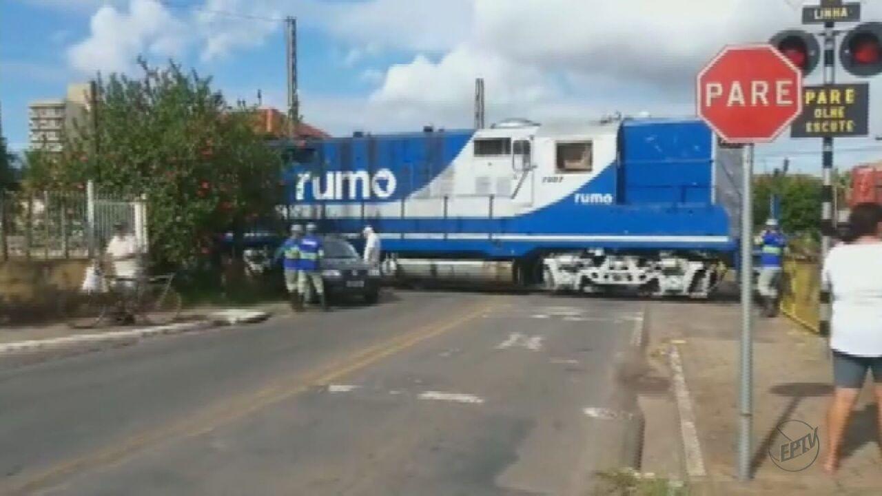 Carro é atingido por trem ao tentar cruzar a linha férrea em Rio Claro, SP