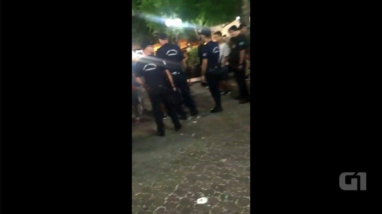 Jovem é impedido por guarda de gravar confusão em carnaval de Cabreúva: 'Não é pra gravar
