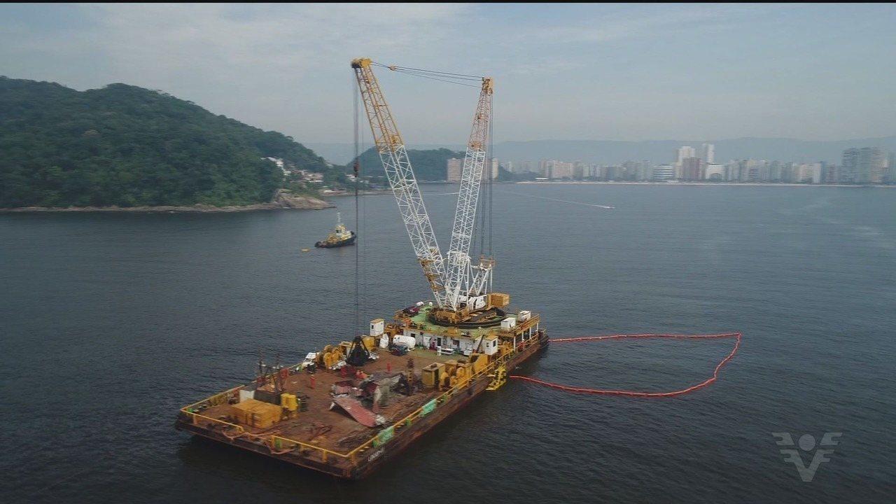 Cinco contêineres que caíram de navio em Santos são retirados do mar
